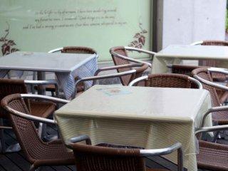 في عطلات نهاية الأسبوع تزدحم غابة الحلويات بشكل كبير . هناك مقاعد للجلوس في الداخل و الخارج .