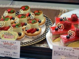 كافة أنواع الحلويات رائعة الشكل و ممتعة للنظر .