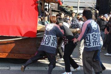 Maneuvering the heavy floats through the narrow streets