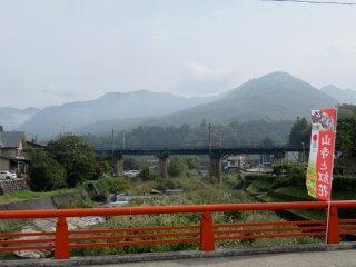 Мост к храму от станции Ямадэра
