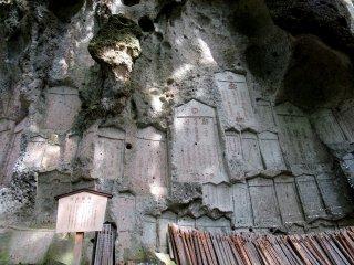 Памятники в скале