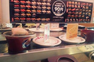 접시 위의 간판을 보고 주문하실 수도 있어요. 전품 90엔!!!