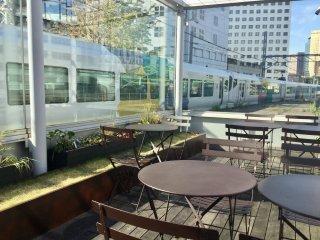 Có lẽ là nơi duy nhất ở Tokyo mà bạn có thể ăn khi đoàn tàu chạy qua bạn ở hai bên.