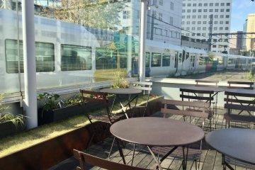 อาจจะเป็นสถานที่แห่งเดียวในโตเกียวที่คุณสามารถนั่งทานอาหารในขณะที่รถไฟที่วิ่งผ่านคุณทั้งสองด้าน