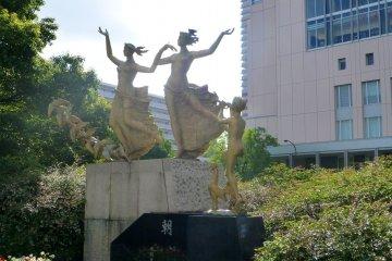 Статуи возле станции создают культурную атмосферу