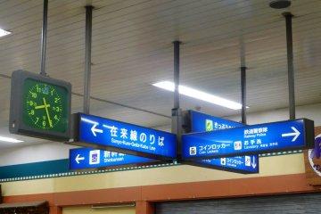 Большинство указателей на станции переведено на английский язык