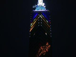 福岡塔也晚是明亮的,拍完城市的夜景不妨也欣賞一下塔的本身吧