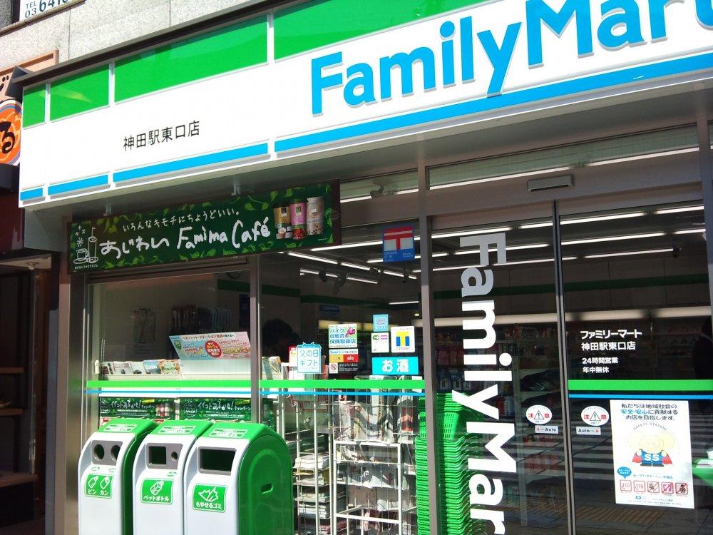 Há milhares de Famíly Marts (rede de lojas de conveniência) em todo o Japão e por isso não deve ser difícil encontrar um por perto. Creative Commons (K Baron: https://www.flickr.com/photos/kalleboo/4567704634)
