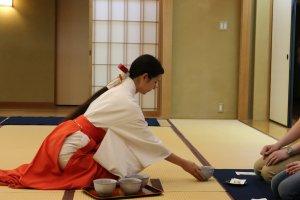 Préparation traditionnelle et service du thé Matcha