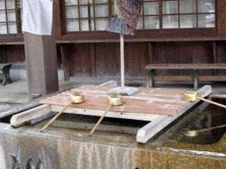 「つきみ亭」内の神社参拝前には手を洗うのを忘れずに