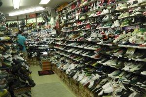運動靴の陳列棚