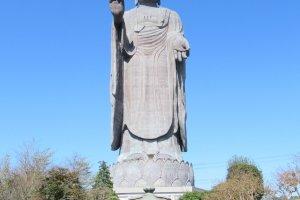 Статуя и место вызывают чувство спокойствия.