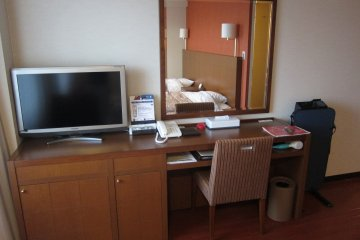 Desk space and TV for all your comfort (Single Room)