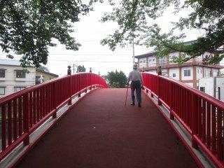 공원을 마을 반대쪽으로 잇는 빨간 다리