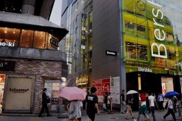 <p>Una tienda Bershka se encuentra a la entrada de la calle</p>