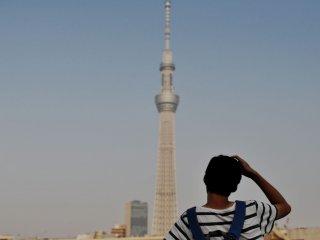 Un touriste observant la Skytree