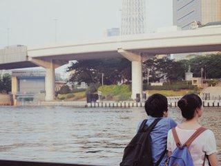 La promenade est toujours remplie de visiteurs observant l'horizon