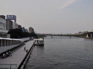 Vue sur la promenade et la rivière Sumida