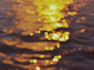 Détail du coucher de soleil projeté sur le gratte-ciel et l'eau