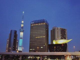 Vue nocturne sur la Skytree et les grattes-ciel depuis le pont Azumabashi