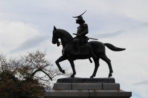 Памятник основателю Сендая - Датэ Масамунэ