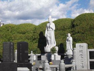 Bên trong nghĩa trang