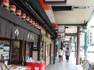 穿过两侧的商店街就可以直接看到神社大门