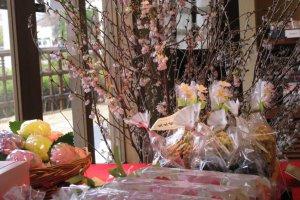 Весенние украшения в магазине сладостей