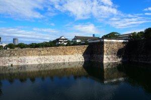 คุณสามารถนั่งเรือล่องชมคูเมืองและกำแพงโบราณ โดยเสียค่าใช้จ่ายคนละ 1,700 เยน