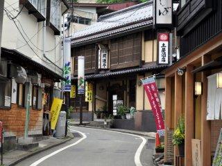 Une rue pittoresque et étroite à Kusatsu abritant de nombreux trésors à découvrir