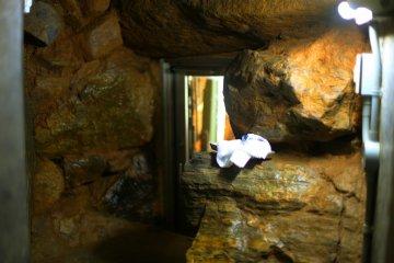 Это последняя дверь, за которой располагаются фрески - эта пещера сплошное приключение.