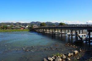 สะพานโทะเงะซึตเกียว (Togetsukyō) หรือสะพานพระจันทร์ข้าม (Moon Crossing) มีความยาว 155 เมตร ทอดตัวข้ามแม่น้ำคัตซึตระ (Katsura) ตรงจุดที่มีธรรมชาติอันงดงามของเทือกเขาอะระชิยะมะเป็นฉากหลัง