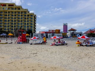 On-duty lifeguards and rental day beds & umbrellas starting from ¥1000.