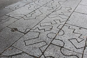 Nghệ thuật ở khắp mọi nơi trong bảo tàng, ngay cả trên mặt đất. Hãy luôn luôn chú ý tới từng chi tiết nhỏ nhé