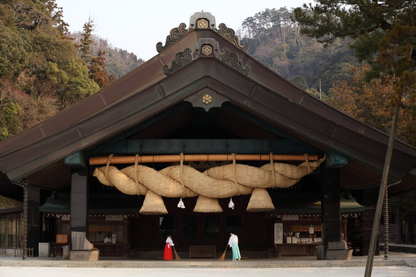 The 5-ton shimenawa rope at Izumo Grand Shrine\'s Kaguraden Hall