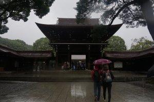 Suasana dingin dan tenang yang menyelimuti Kuil Meiji