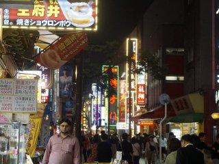 Beragam toko dan tempat makan berjejer di jalan utama