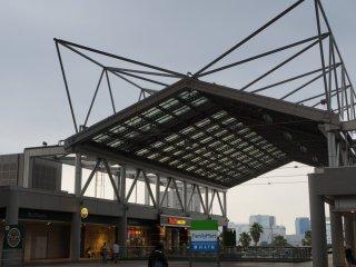도쿄 빅 사이트에는 타리즈 커피 (Tully 's Coffee)와 프론트(Pronto) 등 15 개의 레스토랑과 카페가 있다. 대부분은 합리적인 가격이며 3 개 건물 안에 분산되어 있다. http://www.bigsight.jp/english/general/shop/index.html을 참조하십시오.