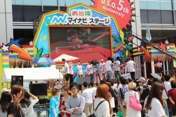<p>Live shooting of a variety show! They are playing miniature baseball; blown up on screen.</p>