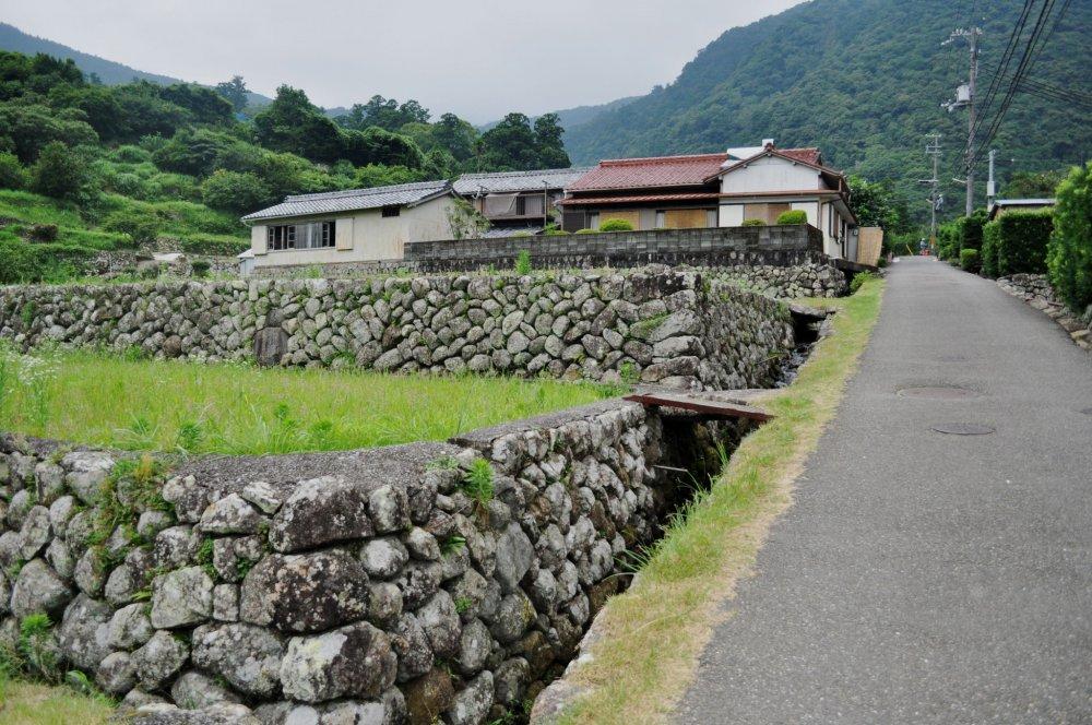 Đi bộ đến thác nước Nachi-no-otaki từ một ngôi làng dưới chân núi là một hành trình dài và mệt mỏi nhưng để nhìn ngắm khung cảnh thác nước cũng rất đáng bỏ công