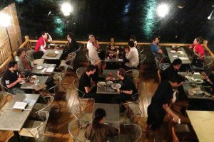 Sân hiên ngoài trời tại Nhà hàng Mimasuya tại Pontocho cạnh Kamogawa
