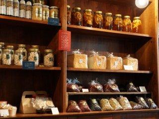 Đậu nành hữu cơ, đậu đen, đậu đỏ và các sản phẩm khác được sản xuất tại nông trại Mame-hico ở Hokkaido. Siro Mận cũng có ở đây