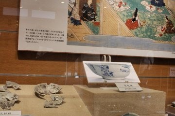 These plates look like the precursors to Tobe-yaki ceramics