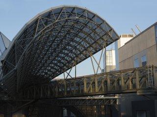 Trên đường trở về nhà ga chắc chắn sẽ yêu thích cấu trúc thép từ góc nhìn gần hơn.