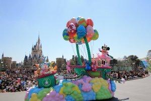 Minnie waves to a happy crowd