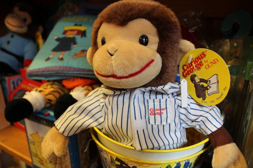 식당 뒷 공간에는 큐리어스 조지와 패딩턴 베어 등 빈티지 스타일의 장난감들로 장식되어 있다.