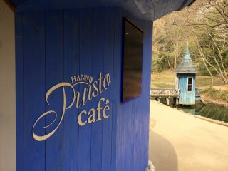 "Café Puisto and in the background, a blue hut that says ""Snufkin!"""