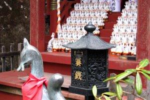 Подношения в виде статуэток и бутылок саке
