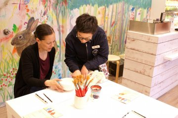 Hakone Crafthouse staff will gladly show you all the materials needed for a painting project