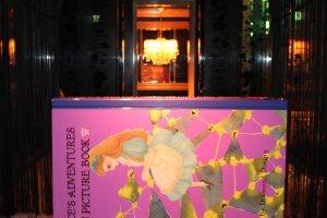 """Некоторые столы в виде массивных книжек """"Алиса в стране чудес"""""""